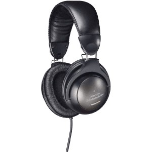 Le casque de monitoring fermé : Audio Technica ATH-M20, bon marché (env. 35€) est confortable et précis. Parfait pour ce type d'utilisation