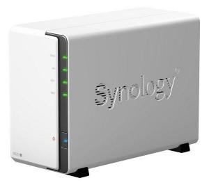 Le NAS est une solution fiable pour la sauvegarde de vos données, dupliquées (RAID 1). La marque Synology offre des fonctionnalités avancées dont le versioning !