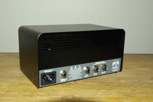 La face arrière du EINS, où l'on trouve les sorties HP, émulation HP, et Direct.